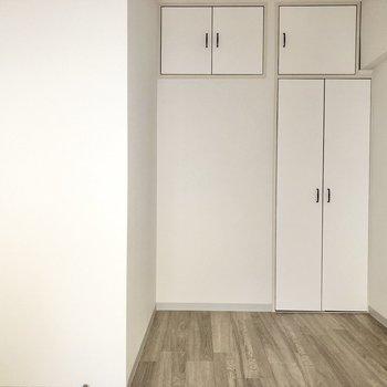 【洋室西側】こちらも白くて優しい空間。