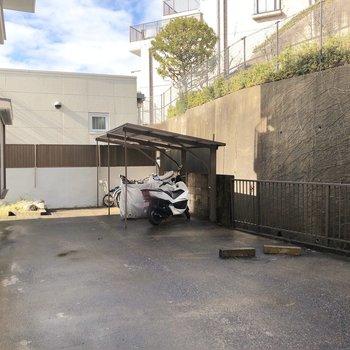 奥の方に駐輪場もあります。