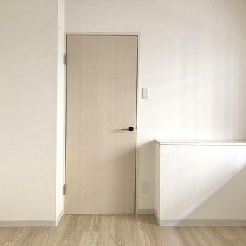 【洋室東側】こちらのお部屋には、収納スペースはありません。