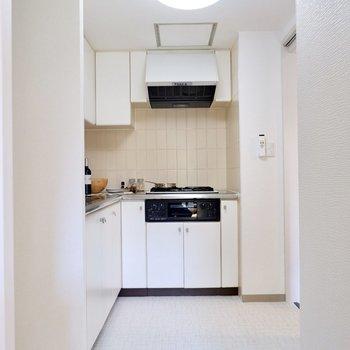 【LDK】キッチンスペースが見えにくくなっているのがいいですね〜。※家具・雑貨はサンプルです