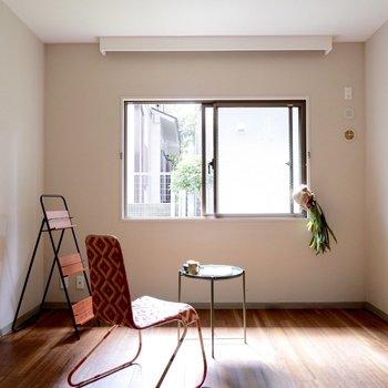 【洋室】窓には大きめのカーテンを取り付けて、雰囲気を出してみたり。※家具・雑貨はサンプルです
