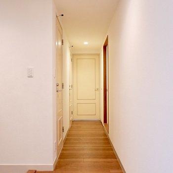 廊下を通って、洋室に向かいましょう。