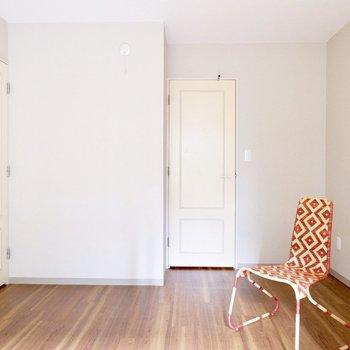 【洋室】窓の向かいの扉の向こうには...。※家具・雑貨はサンプルです