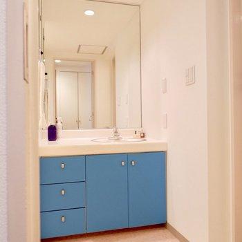 脱衣所には準備がしやすそうな、大きな鏡の洗面台。※家具・雑貨はサンプルです