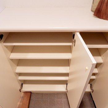 容量は十分ですね。段の高さを変えることができるので、ヒールやブーツの収納も◎※家具・雑貨はサンプルです