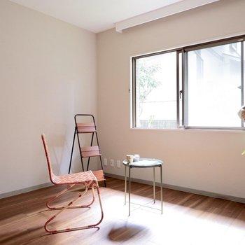 【洋室】明るいお部屋ですね。※家具・雑貨はサンプルです