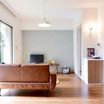 【LDK】テレビはアクセントクロス側に。※家具・雑貨はサンプルです