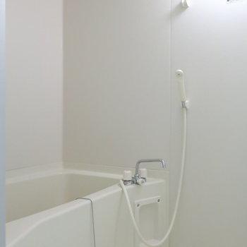 バスルームもスッキリシンプルデザイン。