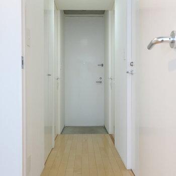 玄関〜廊下。右側にトイレ、バスルームがございます。