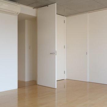 こちらの扉の中は、、