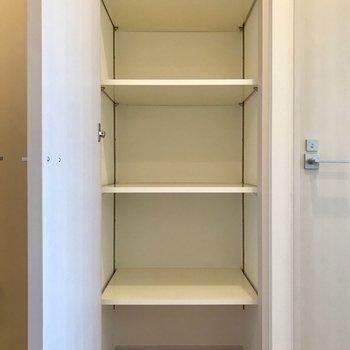 戸棚が!あまり使わないものはしまっちゃいましょう。