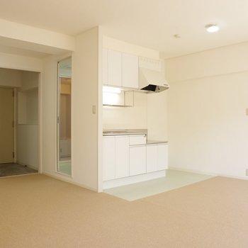 キッチン周りの床は淡いグリーン