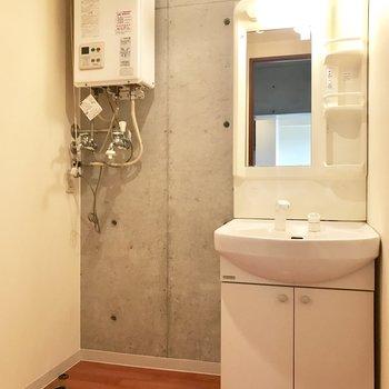 洗面台の横には洗濯機のスペースも。