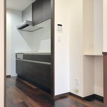 キッチンはしっかり分けられています。食器棚や冷蔵庫を置くスペースもありますよ!