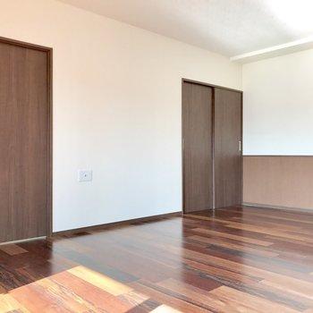 扉は2つとも洋室へと繋がっています。