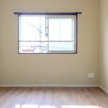 こちらの小窓も西向きだから日当たり良好だね♬