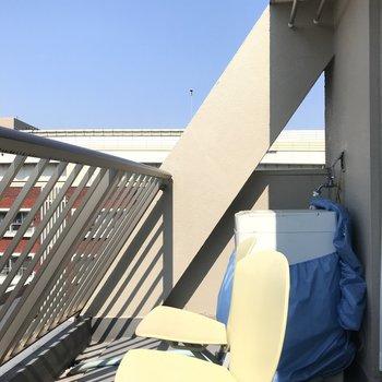 バルコニーへ。ここに座って日光浴だ。