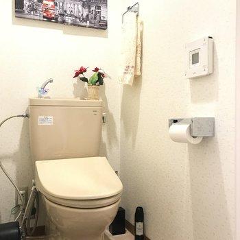 ウォシュレット付きトイレ。トイレにも写真を飾ろうかな