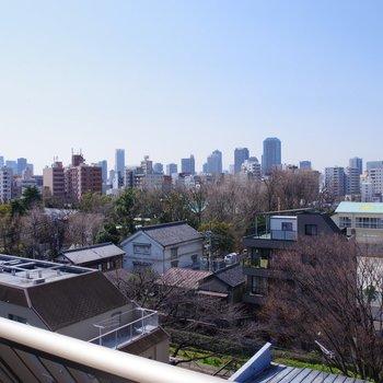 眺望。和の景観の先には高層ビル群