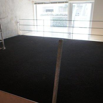 黒いカーペットの空間に。