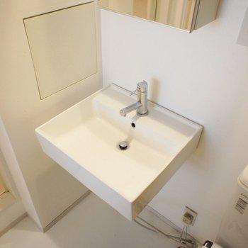 洗面台がシンプルなデザイン。