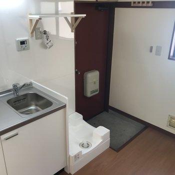 洗濯機の上に棚、玄関にはコート掛けも設置してあります!