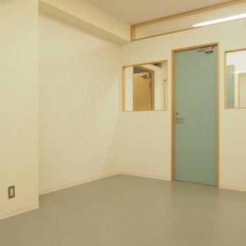シンプルな内装に、淡いブルーの扉がお洒落。
