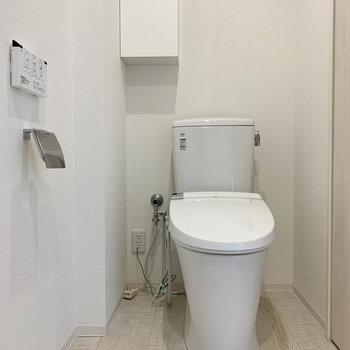 洗面台の逆側におトイレ。