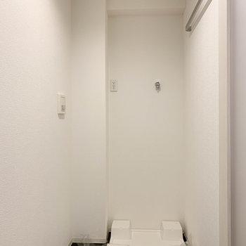 玄関脇のスペースに洗濯機置き場。