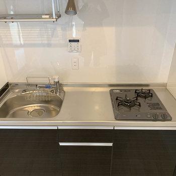 リビングにはキッチン。まな板を置くスペースもしっかりとありますね。
