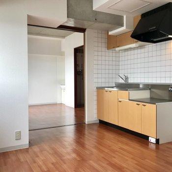 黄色のキッチンがお部屋とマッチ!