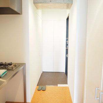 玄関もカッコいいです(※写真は7階の同間取り別部屋のものです)