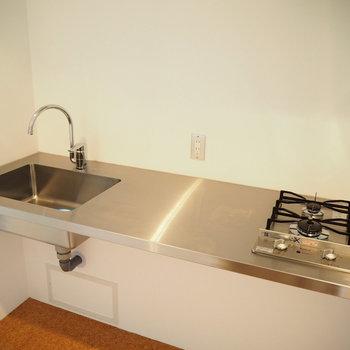 クールなステンレスキッチン。使いやすそうです(※写真は7階の同間取り別部屋のものです)