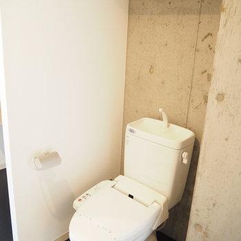 トイレの上に収納スペース(※写真は7階の同間取り別部屋のものです)