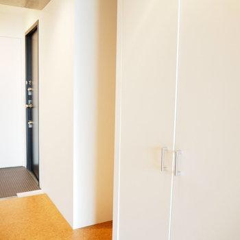 冷蔵庫置き場はクローゼットの隣に(※写真は7階の同間取り別部屋のものです)
