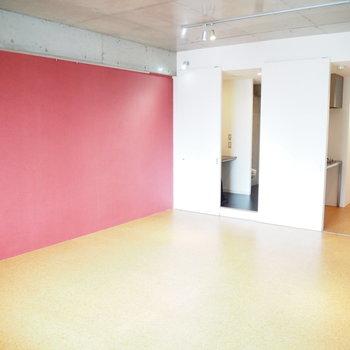 コンクリに赤って斬新な組み合わせ(※写真は7階の同間取り別部屋のものです)