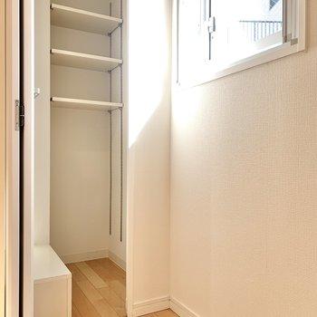 【DK】窓横には可動式の収納があります。