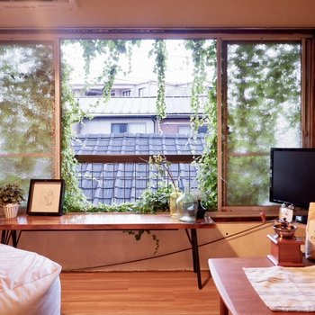 窓の外を眺めながら、ぼーっとしたり…※家具はサンプルです