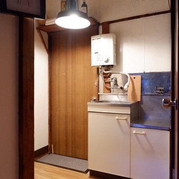 キッチンへ到着。※家具はサンプルです