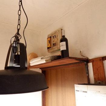 ちょっとした棚に、お気に入りを飾って。※家具はサンプルです