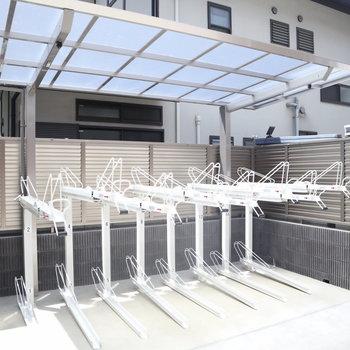 駐輪場には屋根も完備。