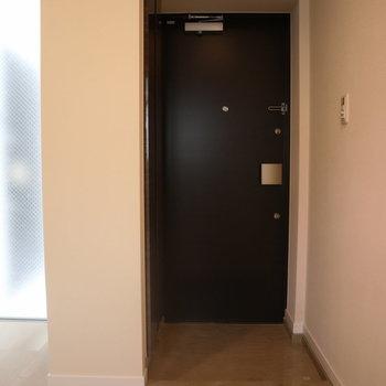 フラットな玄関。