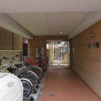 エントランス前に自転車置き場が