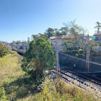 京成線の線路がすぐ近くを通っています。