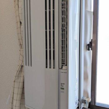 窓に設置するタイプのエアコン付いてました!
