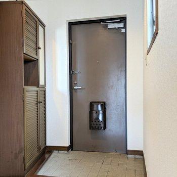 玄関も窓効果で明るい◎