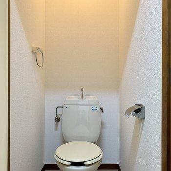上に棚をつけると、予備のトイレットペーパーが置けますよ。