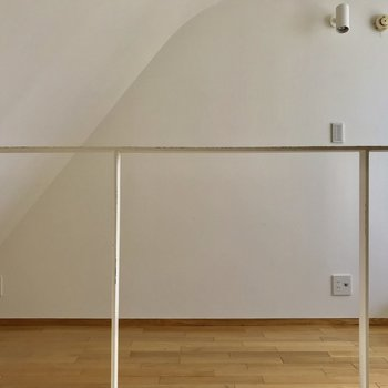 【2階洋室】傾斜になっているので注意