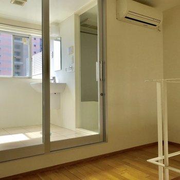 【2階洋室】窓から光が絶妙に漏れてきます