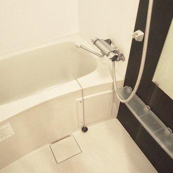 お風呂は少しコンパクト。